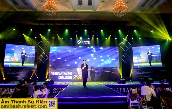 Ca sĩ Bách Nguyễn biểu diễn tại chương trình