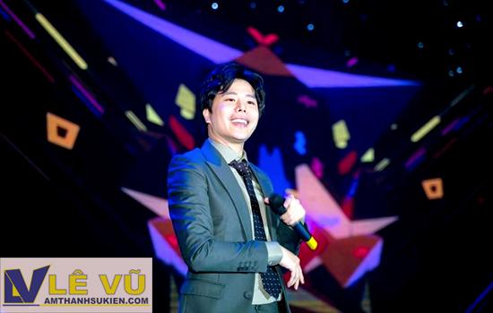 Xuất hiện tại sự kiện tri ân cuối năm của hệ thống mỹ phẩm CC White, ca sĩ Trịnh Thăng Bình gửi đến khách mời những ca khúc làm nên tên tuổi